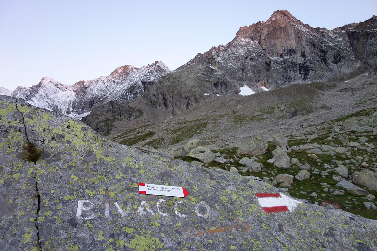 Il bivio, a destra per il Bivacco Varese, sullo sfondo l'inconfondibile linea di cresta