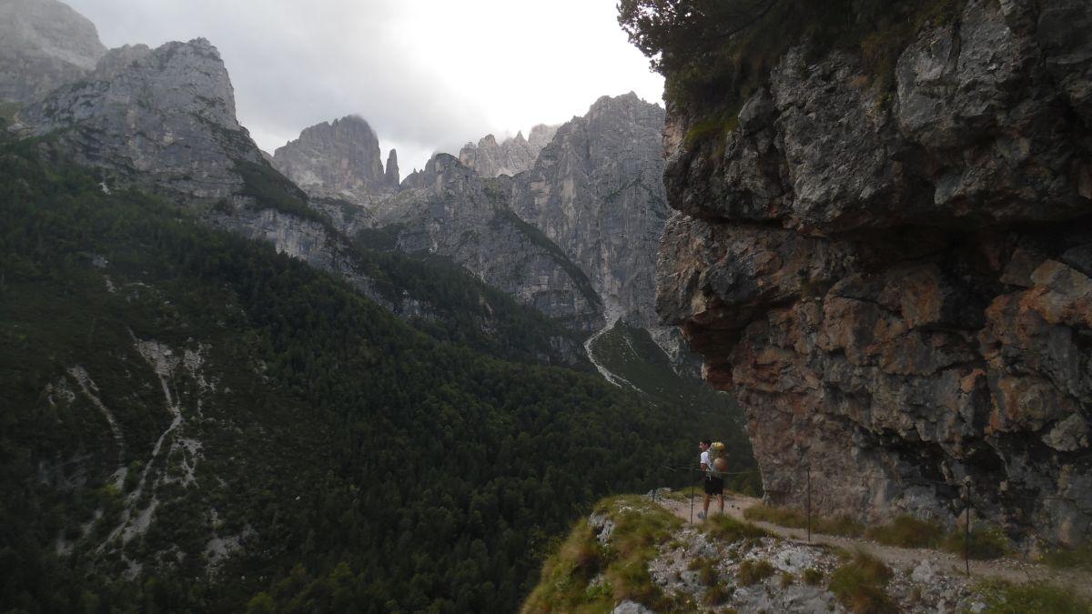 Il sentiero verso il rifugio Croz Altissimo, col Campanile… lontanissimo!