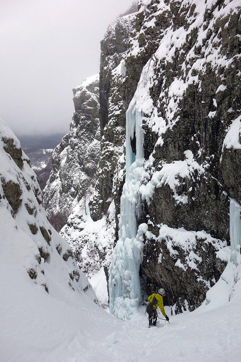 Bella vista sulla cascata in discesa