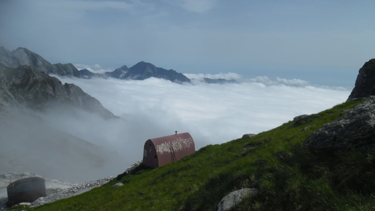 Il Bivacco Aronte sopra il mare di nebbia