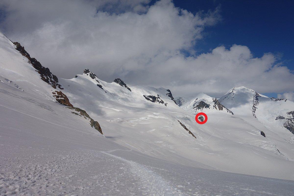 Il percorso/traversata sul ghiaccio di Verra. Il cerchio rosso sul roccione del Bivacco Rossi-Volante