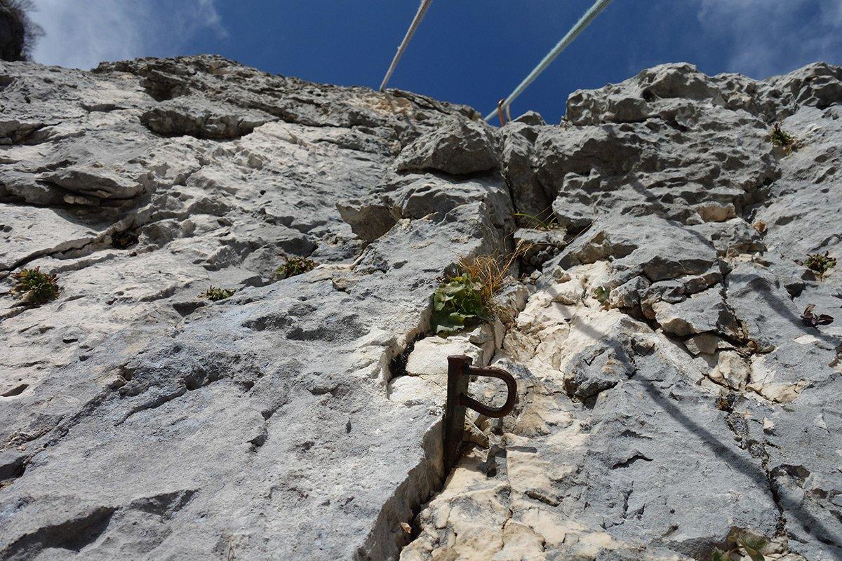 'vecchi chiodi' e bella roccia sul secondo tiro