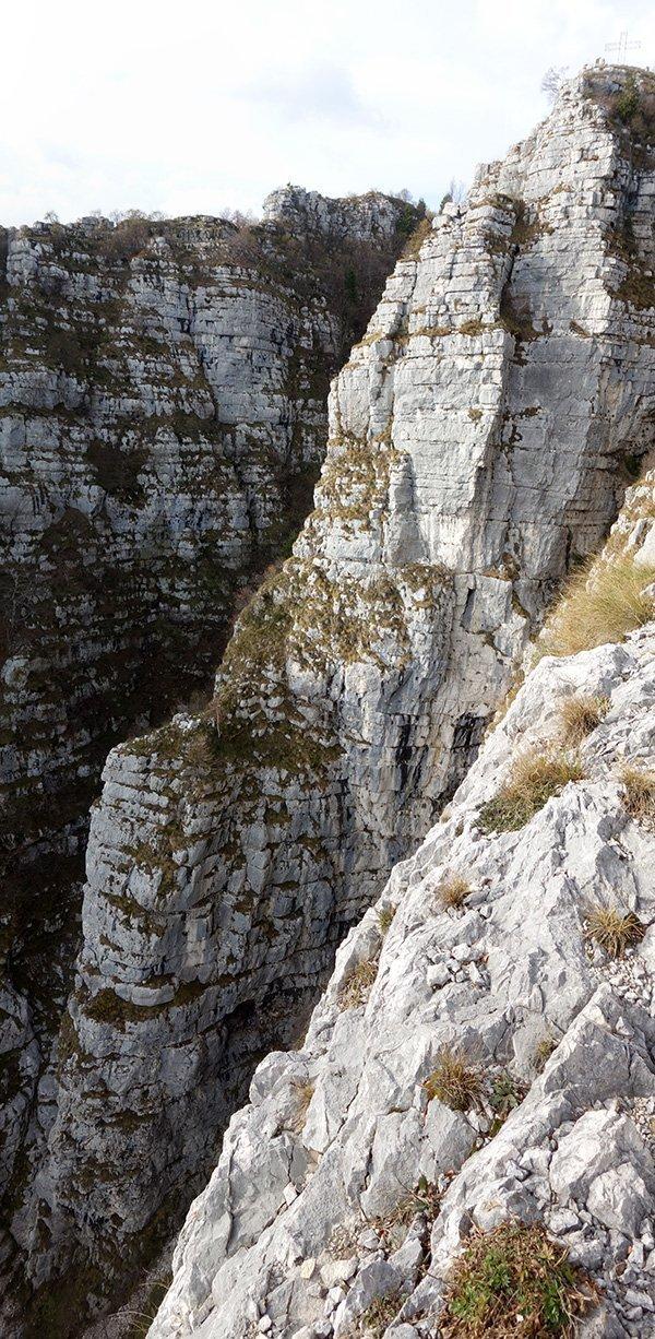 Lo sperone dove sale la via visto dalla Granatiera